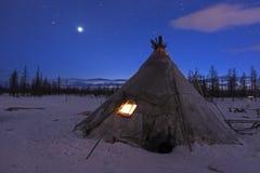 Kamrat av den nomad- stammen på den polara natten arkivbild
