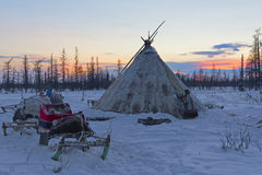 Kamrat av den nomad- stammen på gryningen royaltyfria foton