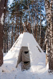 Kamrat i en rekreationmitt i vinterpinjeskogen Royaltyfri Foto