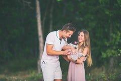 Kamraten och flickan rymmer en hund på händer Arkivbilder