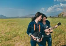 Kamratskap av asiatiskt vila för tonåringkvinnor som är utomhus- royaltyfri bild
