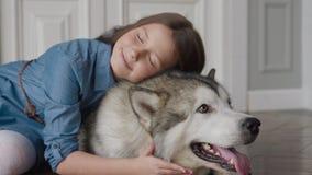 Kamratskap av den lyckliga familjhunden och lebarnet eller förälskelse till husdjurdjuret lager videofilmer
