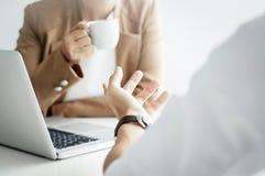 Kamratskap för två affärsledare på ett kafé- eller arbeteutrymme och att diskutera ett projekt arkivbilder