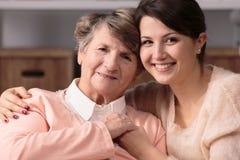 Kamratskap mellan vårdaren och pensionären Royaltyfri Bild
