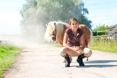 Kamratskap och lita på Le den tonårs- flickan med liten shetla fotografering för bildbyråer