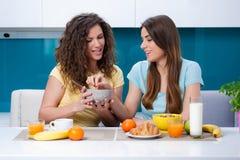 Kamratskap och sund livsstil som hemma äter Fotografering för Bildbyråer