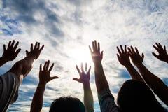 Kamratskap teamworkbegrepp med många händer lyfter till sken arkivfoto