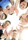 Kamratskap-, ungdom- och folkbegrepp - grupp av att le tonåringar med händer överst royaltyfria bilder