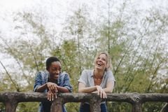Kamratskapbindning för två ung kvinnlig vuxen vänner utomhus, frihet och utomhus- begrepp fotografering för bildbyråer