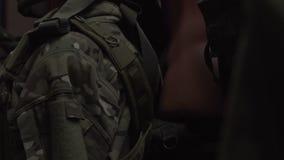 Kamuflaż rzeczy na wieszakach Różnorodna militarna odzież Wojsko mundur na atrapie zbiory