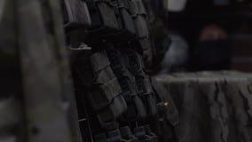 Kamuflaż rzeczy na wieszakach Różnorodna militarna odzież Wojsko mundur na atrapie zbiory wideo