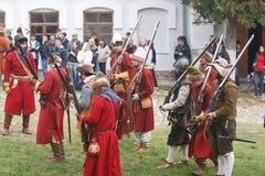 KAMYANETS-PODILSKY,乌克兰- 2010年9月26日:在历史ree期间,历史俱乐部的成员佩带历史制服17世纪 免版税库存图片
