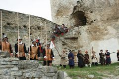 KAMYANETS-PODILSKY,乌克兰- 2010年9月26日:在历史ree期间,历史俱乐部的成员佩带历史制服17世纪 库存图片