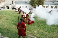 KAMYANETS-PODILSKY,乌克兰- 2010年9月26日:在历史ree期间,历史俱乐部的成员佩带历史制服17世纪 免版税库存照片