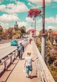 Kamyanets-Podilsky Ukraina, Czerwiec, - 18, 2017: Chłopiec chodzi poczta zdjęcie royalty free