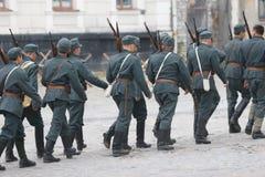KAMYANETS-PODILSKY UKRAINA, SIERPIEŃ, - 24, 2013: Członkowie historia klub są ubranym dziejowych mundury podczas dziejowego reena fotografia royalty free