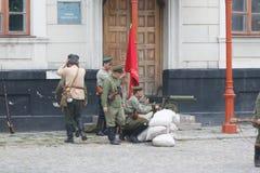 KAMYANETS-PODILSKY UKRAINA, SIERPIEŃ, - 24, 2013: Członkowie historia klub są ubranym dziejowych mundury podczas dziejowego reena fotografia stock