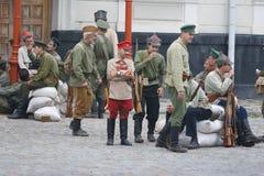 KAMYANETS-PODILSKY UKRAINA, SIERPIEŃ, - 24, 2013: Członkowie historia klub są ubranym dziejowych mundury podczas dziejowego reena zdjęcie royalty free