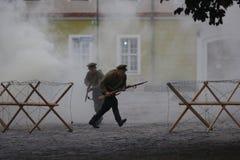 KAMYANETS-PODILSKY UKRAINA, SIERPIEŃ, - 24, 2013: Członkowie historia klub są ubranym dziejowych mundury podczas dziejowego reena zdjęcia stock