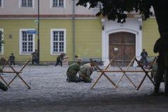 KAMYANETS-PODILSKY UKRAINA, SIERPIEŃ, - 24, 2013: Członkowie historia klub są ubranym dziejowych mundury podczas dziejowego reena obraz stock