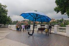 Kamyanets-Podolsky, de Oekraïne - Juni 30, 2018: Toeristen op een regenachtige dag door de brug royalty-vrije stock fotografie