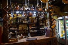 Kamyanets-Podolsky Ukraina - Juni 30, 2018: Interier kafé som dekoreras i en retro stil royaltyfri foto