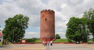 Kamyenyets,布列斯特州,白俄罗斯 走在Kamyenyets附近塔的人们在夏日 影视素材