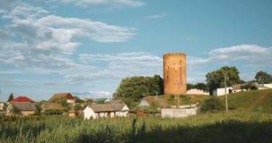 Kamyenyets,布列斯特州,白俄罗斯 Kamyenyets塔在与绿草的晴朗的夏日在前景 徒升,徒升 股票视频
