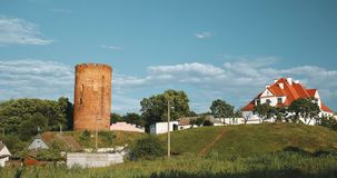 Kamyenyets,布列斯特州,白俄罗斯 Kamyenyets塔在与绿草的晴朗的夏日在前景 股票录像