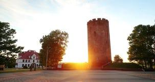Kamyenyets, Kamyenyets布列斯特州,白俄罗斯塔在日落或日出时间的 股票视频