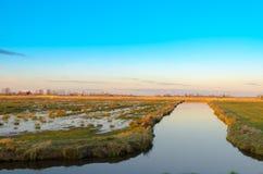 Kanäle und überschwemmtes Ackerland in Holland Lizenzfreie Stockbilder