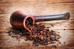 Kan de Grunge houten textuur met rokende pijp en tabak op linnen royalty-vrije stock afbeelding