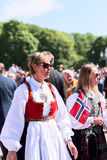 17 kan den oslo Norge kvinnan i klänning Fotografering för Bildbyråer