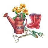 Kan den röda trädgården för tappning som bevattnar med en bukett av gula blommor, röda gummistöveler och trädgårds- hjälpmedel Royaltyfri Bild