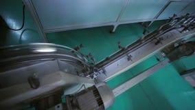 Kan fabriek productielijn Industriële productiemachines stock footage