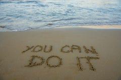 kan göra dig Motivational inspirerande meddelandebegrepp som är skriftligt på sanden av stranden royaltyfri fotografi