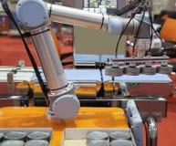 Kan het opheffende voedsel van de automatiseringsrobot stock afbeeldingen