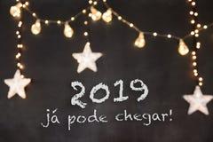 'kan já pode som 2019 är chegar 'i portugisiskt hjälpmedel 2019, redan ankomma 'i svart bakgrund med suddiga stjärnor och ljus royaltyfria bilder