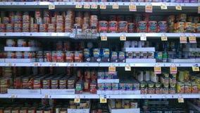 Kan mat som säljer på supermarket Arkivbild