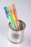Kan met gekleurde pennen Royalty-vrije Stock Foto