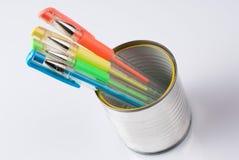 Kan met gekleurde pennen stock fotografie