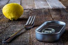 Kan och gaffeln på tabellen arkivfoto