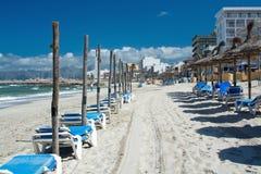 Kan Picafort strand- och slags solskyddpoler, för säsongen startar Royaltyfri Bild