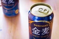 Kan rik malt Suntory för japanskt öl i ett blått arkivfoton