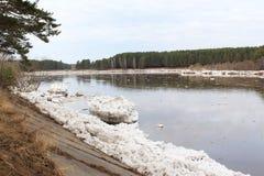 Kan River después de una deriva del hielo en Zelenogorsk Fotos de archivo
