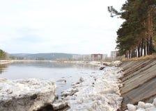Kan River después de una deriva del hielo Territorio de Zelenogorsk Krasnoyarsk Imagen de archivo