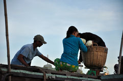 De verkopers van de boot bij kunnen het drijven Tho markt, Mekong Delta, Vietnam Stock Afbeeldingen