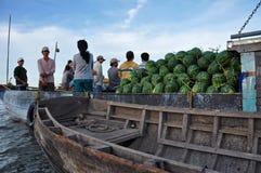 De verkopers van de boot bij kunnen het drijven Tho markt, Mekong Delta, Vietnam Stock Foto's