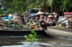 De verkopers van de boot bij kunnen het drijven Tho markt, Mekong Delta, Vietnam Royalty-vrije Stock Fotografie