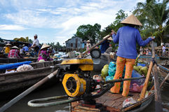 De verkopers van de boot bij kunnen het drijven Tho markt, Mekong Delta, Vietnam Royalty-vrije Stock Foto's
